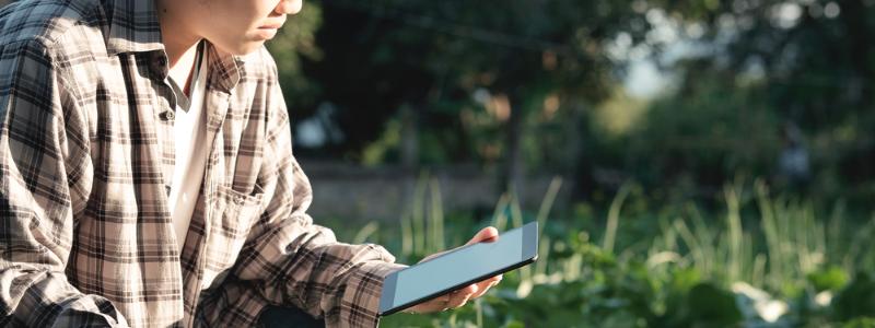 Homem segurando tablet, lendo dados